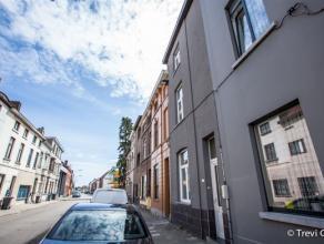 Prachtige rijwoning: instapklaar, veel licht en ruim. Deze woning is gelegen in Sint-Amandsberg, op de grens met Destelbergen. Vlakbij invalswegen, sc