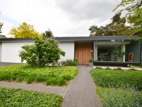De villa dateert oorspronkelijk van het jaar 1968 en werd in 2004 volledig vernieuwd door gerenommeerd architect Donald Nijssen (A100% architecten &ac
