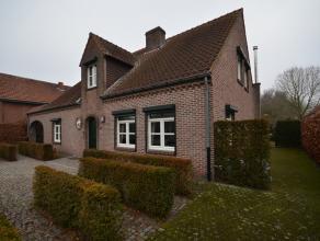 ROYAAL INSTAPKLAAR LANDHUIS OP RESIDENTIËLE LOCATIE! De villa omvat 232m² netto bewoonbare oppervlakte met 3 slpkmrs, bureel, veranda en rui