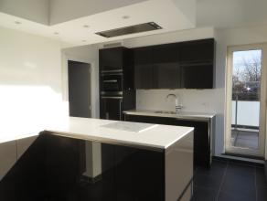 Dit nieuwbouw appartement heeft een heel zonnige ruime living, moderne keuken met alles erop en eraan, aparte berging, 2 slaapkamers en doorloopdressi
