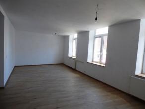 OPTION ! Au centre de Waremme, découvrez au sein d'une petite copropriété (3 logements) cet appartement duplex entièrement