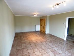 Au coeur de Waremme, venez découvrir ce spacieux appartement composé d'un vaste séjour, cuisine hyper équipée, terr
