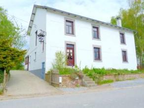 Ds une rue à faible passage, spacieuse et lumineuse maison villageoise en cours de rénovation avec un gros potentiel d'aménagemen