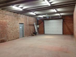 Dit gerenoveerd magazijn is zeer centraal gelegen op slechts enkele km van de N70. De oppervlakte is als volgt: 100m² binnen + 60m² buiten (