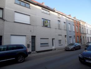 Ruime woning met aangename buitenruimte en bijgebouw! Gelegen op de grens Ledeberg, Gentbrugge, op een boogscheut van Gent treffen we deze ruime wonin