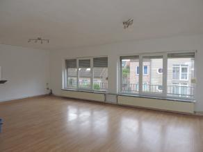 Ruim 3 slaapkamerappartement met zonnig terrasje én staanplaats! Goed gelegen en lichtrijk appartement te Zelzate. Indeling: Parkeerplaats. Pri