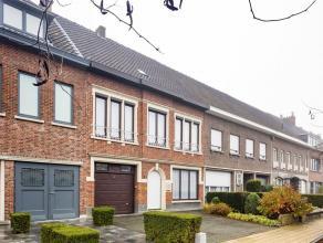 Ontdek snel deze charmante woning, gelegen in het centrum van Sint-Niklaas, op wandelafstand van de Grote Markt. Op het gelijkvloers bevindt zich rech