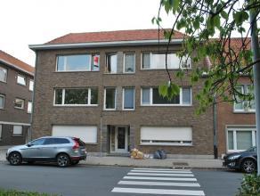 Zonnig appartement aan een pleintje vlakbij het station van St-Niklaas. Gelegen op de 2e verdieping (geen lift). Indeling: inkomhall, toilet, berging,