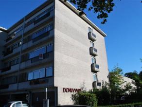 Ruim en prachtig vernieuwd appartement op de 2de verdieping. Indeling: inkomhal met vestiairekast, lichte woonkamer met mooi zicht op groen, keuken me