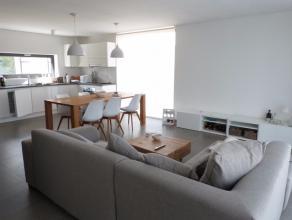 Duplex appartement gelegen nabij het centrum van Lovendegem met een vlotte verbinding naar N9 en R4. Het appartement heeft volgende doordachte indelin