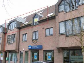 Op het dorpsplein van Lovendegem, vlakbij alle noodzakelijke winkels. Het appartement beschikt over een inkomhal, bezoekerstoilet, ruime woonkamer, af