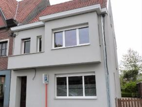Deze woning te huur is gelegen op een wandelafstand van het centrum van Lovendegem. De woonst heeft volgende praktische en doordachte indeling: een ka