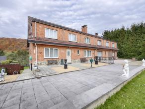 In het mooie dorp fan Dave, in een rustige wijk ( doodlopende weg) is het woonhuis opgebouwd op een terrein van 7are en 74 centiare. Beschut van alle