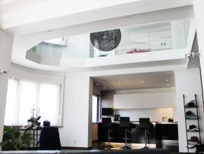 Quartier de l'Altitude 100, face au parc Duden, sis dans un splendide immeuble d'angle de style art déco, cet harmonieux espace duplex, n&eacut