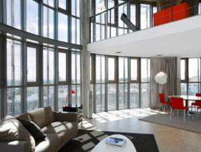 Situé sur les quatre derniers étages du bâtiment, le triplex offre une vue panoramique sur la ville de Bruxelles. Cet appartement