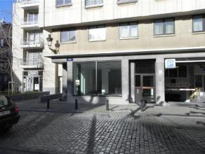 BRUXELLES / SABLON - rez-commercial de +/- 140 m², entièrement rénové. Divers: double vitrage, espace cave, wc, chaudi&egrav
