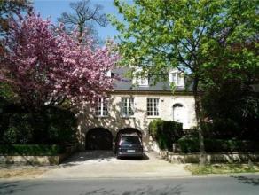 UCCLE- MAISON COMMUNALE -- Villa exceptionnelle, 4 façades. 320m2 (dont 220m2 habitables et 100m2 grandes caves, double garage, buanderie) sur