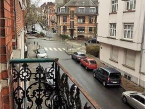 SCHAERBEEK: Superbe appartement au 1er étage d'une maison calme se composant de: Living ±15m² avec balcon, cuisine ouverte é