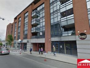 Grand appartement situé à proximité de toutes les commodités, comprenant un hall d'entrée, un séjour de 37m2
