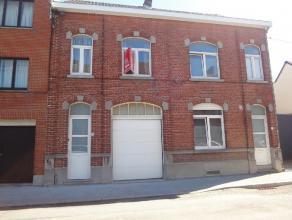 A proximité du centre de Braine-le-Comte et de la gare, venez découvrir cette grande maison deux façades qui présente de n