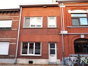 Ruime rijwoning met 3 slaapkamers op 10 min van het centrum van Leuven dichtbij het station.<br /> Indeling:<br /> Gelijkvloerse verdieping: inkomhal,