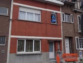 Deze mooi gerenoveerde woning heeft een zeer goede ligging ten opzichte van de A12 en E19. De ruime gelijkvloers bestaat uit een inkomhal met trap naa