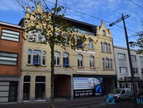 Deze commerciële ruimte kent een bevoorrechte ligging nabij het centrum van Mortsel met grote raampartijen aan de straatzijde. De handelsruimte m
