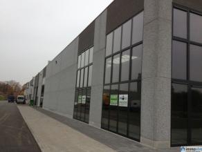 Deze nieuwbouw KMO-unit bezet 450m² en kan dienen als zowel magazijn of werkplaats. Verder kunnen er ook burelen gevestigd worden. Het gebouw is