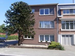 In het hartje van Mortsel vinden we dit uitzonderlijk ruim appartement op de 1ste verdieping van een kleine gebouw van 3 appartementen met zeer lage g