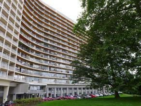 La Magnanerie. Appartement ± 111 m², situé au 15ème étage (G15), donnant sur le jardin de la Magnanerie. Hall avec po