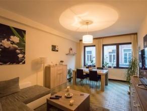 En plein centre de Namur (entre le théâtre et l'hôtel de ville), bel appartement 1 chambre au 1er étage.  Il est compos&eacu