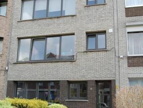 Ruim 3 slaapkamer appartement op tweede verdieping in Antwerpen Berchem. Indeling is als volgt: hal met ingebouwde kasten voor vestiare, afzonderlijk