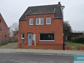 Gerenoveerde woning met groene tuin en ruime garage op circa 800m².Inkomhal, woonkamer en aansluitende eetkamer, afzonderlijke keuken, veranda, t