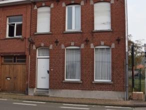 Op te frissen woning met bijzonder veel mogelijkheden. Gelegen te Ooigem (Wielsbeke). Omvat: inkomhal, living en salon, veranda, geïnstalleerde l