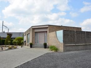 Deze moderne woning is gelegen te Kortrijk, vlakbij Harelbeke. Indeling: inkomhal, ruime leefruimte met eetruimte en open, geïnstalleerde keuken