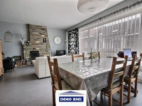 SITUATION:Situé dans le centre de Tubize, bel appartement 2 chambres de +/- 98m² situé au 1° étage comprenant: DESCRIPTI