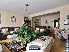 SITUATION : A proximité du centre de Tubize, grand appartement situé au rez-de-chaussée d'un petit immeuble.COMPOSITION :- Hall d