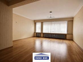 SITUATION : A proximité du centre de Tubize, grand appartement situé au rez-de-chaussée d'un petit immeuble.  COMPOSITION : - Hal