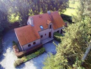 Charmante villa récente située dans un écrin de verdure avec vue imprenable sur la campagne avoisinante sur un terrain de 11 ares