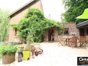 Charmante villa 4 façades avec magnifique jardin arboré. Elle se compose au rez de chaussée, d'un salon, d'une salle à man