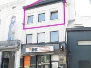 Nieuwbouw duplex appartement met 2 slaapkamers in het stadscentrum te Aalst. Het appartement is gelegen op de Hopmarkt, aan de Grote markt, de winkels