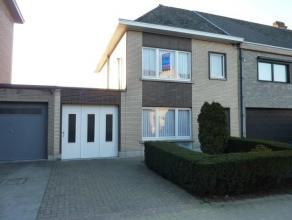 Centraal, doch rustig gelegen HOB met schitterende stadstuin te Aalst. Deze ruime woning ligt in de nabijheid van het centrum van Aalst, het station,
