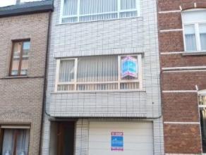 Ruime, op te frissen woning met garage in stadscentrum te Aalst. De woning ligt op wandelafstand van de grote markt, het stadspark, de winkels, de sch