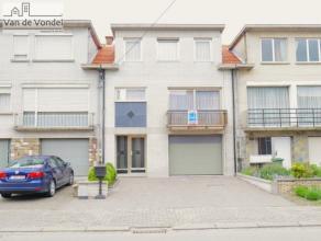 Ruime bel-étage woning met garage en tuin te Lebbeke. Deze centraal gelegen woning ligt nabij het dorpscentrum, het openbaar vervoer, de schole