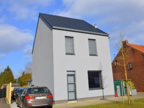 Deze gezinswoning ligt op een perceel van 8a44ca, vlakbij de op- en afrit van de E314. Op het gelijkvloers bestaat de woning uit een living met aanslu