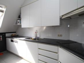 Instapklaar appartement met riant zonneterrras, gezellige woonkamer, een praktische ruime keuken, 2 slks. en een recent gerenoveerde badkamer. Er is n