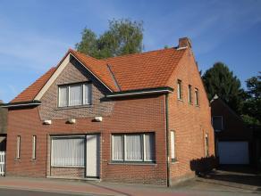 Te renoveren vrijstaande woning op 1.140m² met 3 slaapkamers, ruime garage en tuin.Gelijkvloers:- klein portaal met voordeur- woonkamer (ca 26m&s