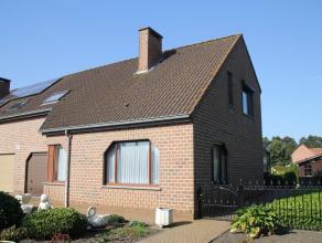 Degelijke halfopen gezinswoning op 643m² grond in een zeer aangename en kindvriendelijke buurt. De woning heeft 3 slks., een woonkamer met verand