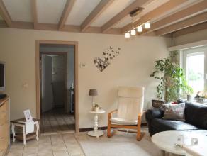 Appartement met ruime woonkamer en aansluitend een vernieuwde keuken met eethoek. Er is 1 ruime slk. met vaste kastenwand + 1 kleinere kamer onder de