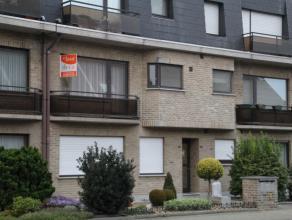 Zeer licht appartement op de 1ste verdieping met 2 slaapkamers en garage.INDELING:- inkomhal met vestiaire hoek en toilet voorzien van handenwasser- r